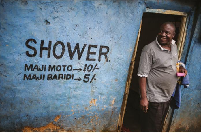 Kenya- Un homme sortant de son bain d'un kiosque à eau
